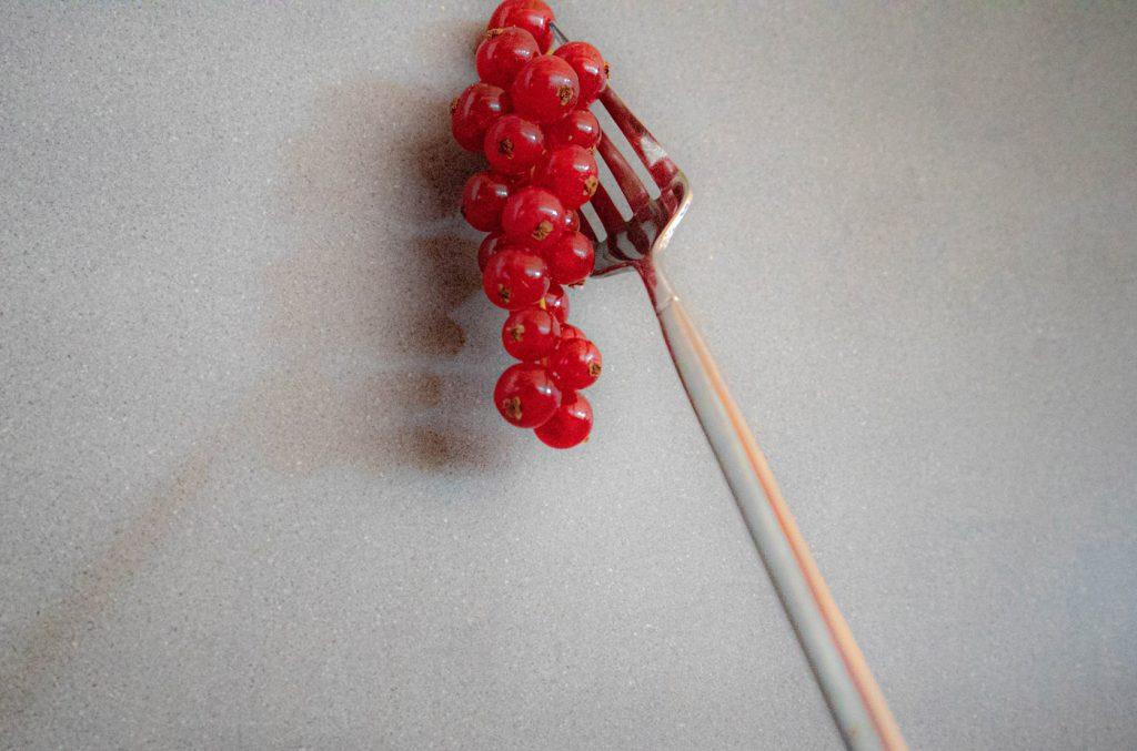 Rode bessen aan vork