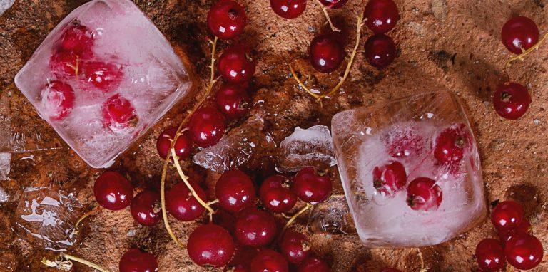 ijsklontjes met rode bessen