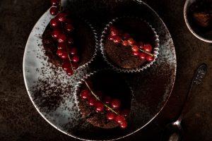 Chocolade cupcakes met rode bessen