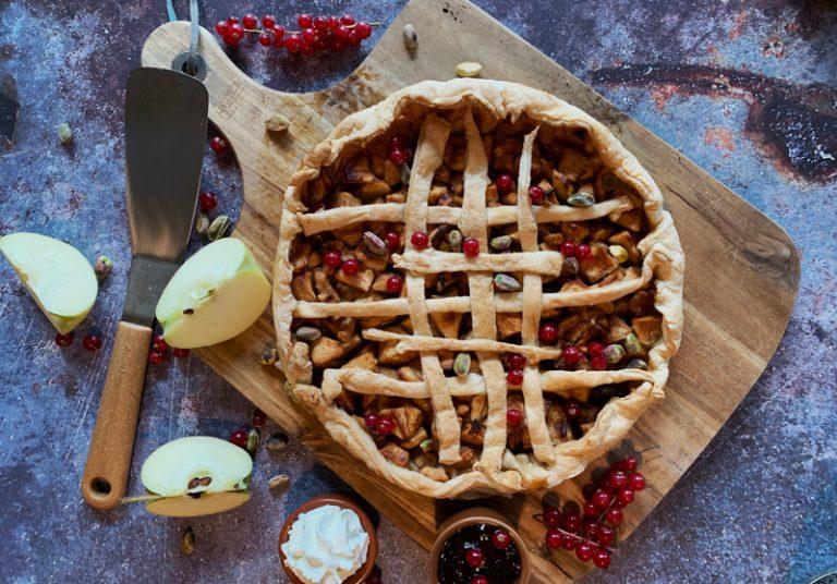 Snelle appeltaart van bladerdeeg met pistachenoten, rode bessen en compote