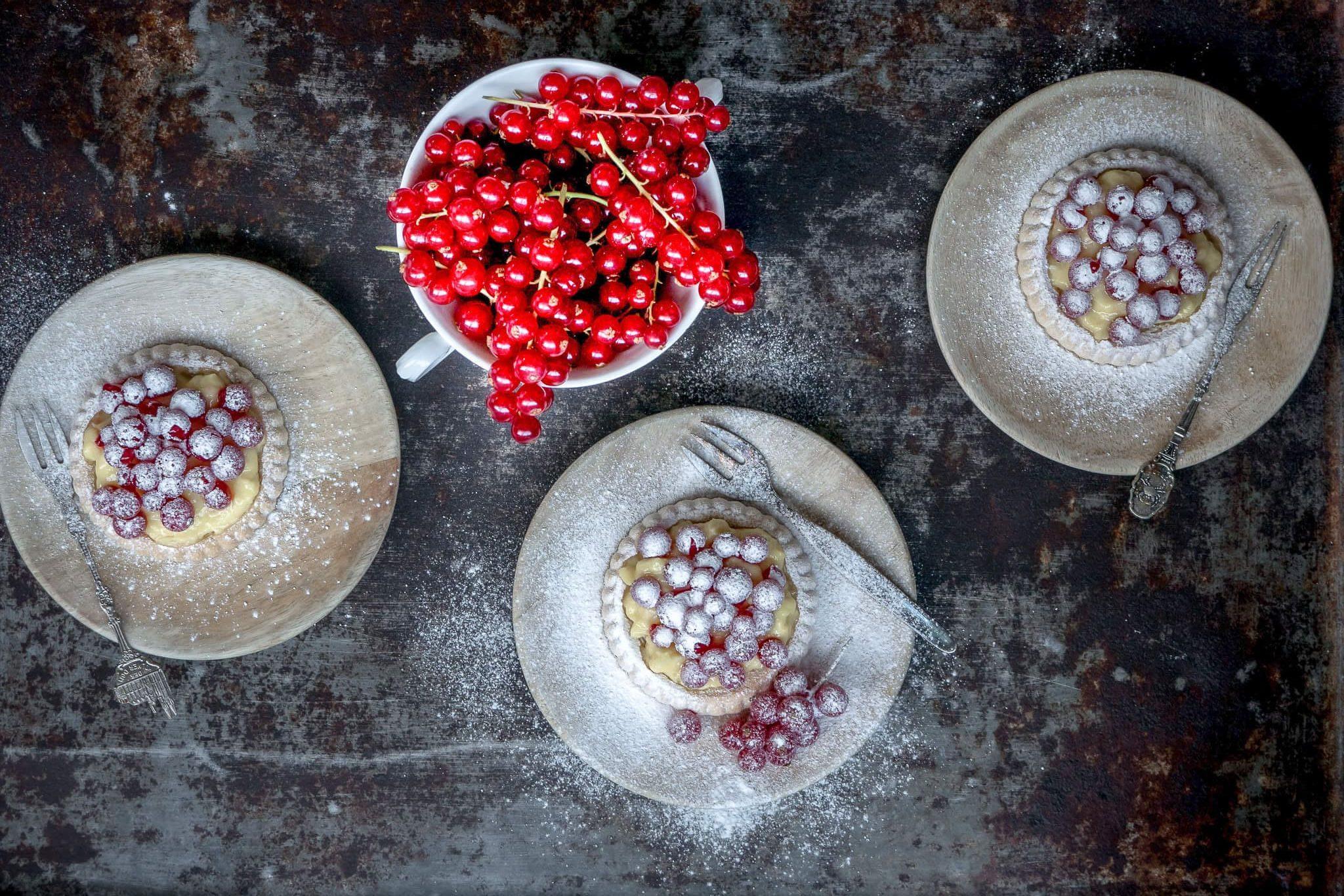 Gebakjes met banketbakkersroom en rode bessen