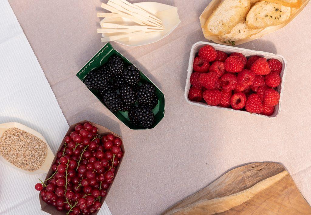 Verschillende soorten zacht fruit op tafel