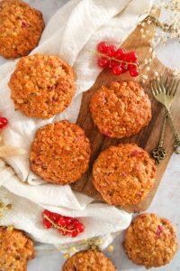 Granola koeken met rode bes bovenaanzicht